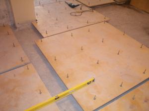 vyravnivanie-betonnogo-pola-faneroj-4