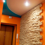Под плотной и рельефной толщей хорошо прятать неровности стен.