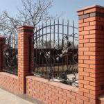 Возведение кирпичных столбов под забор