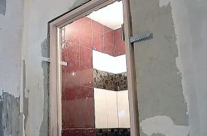 ustanovka-dveri-v-vannuyu-5