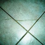 Как поменять лопнувшую плитку на полу