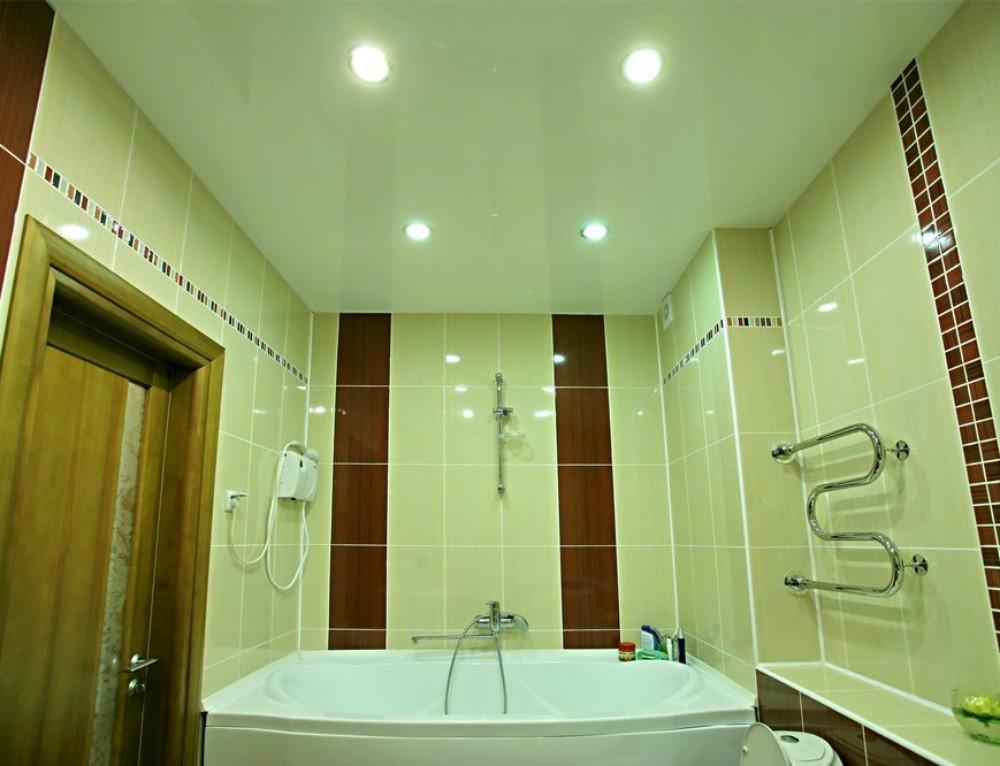 Натяжной потолок в ванной — минусы и плюсы