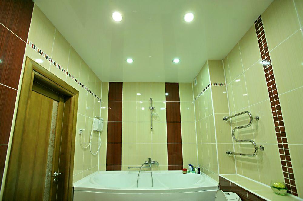 Натяжной потолок в ванной - минусы и плюсы